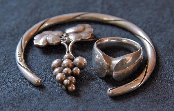 18: Brosche, Armreif und Ring