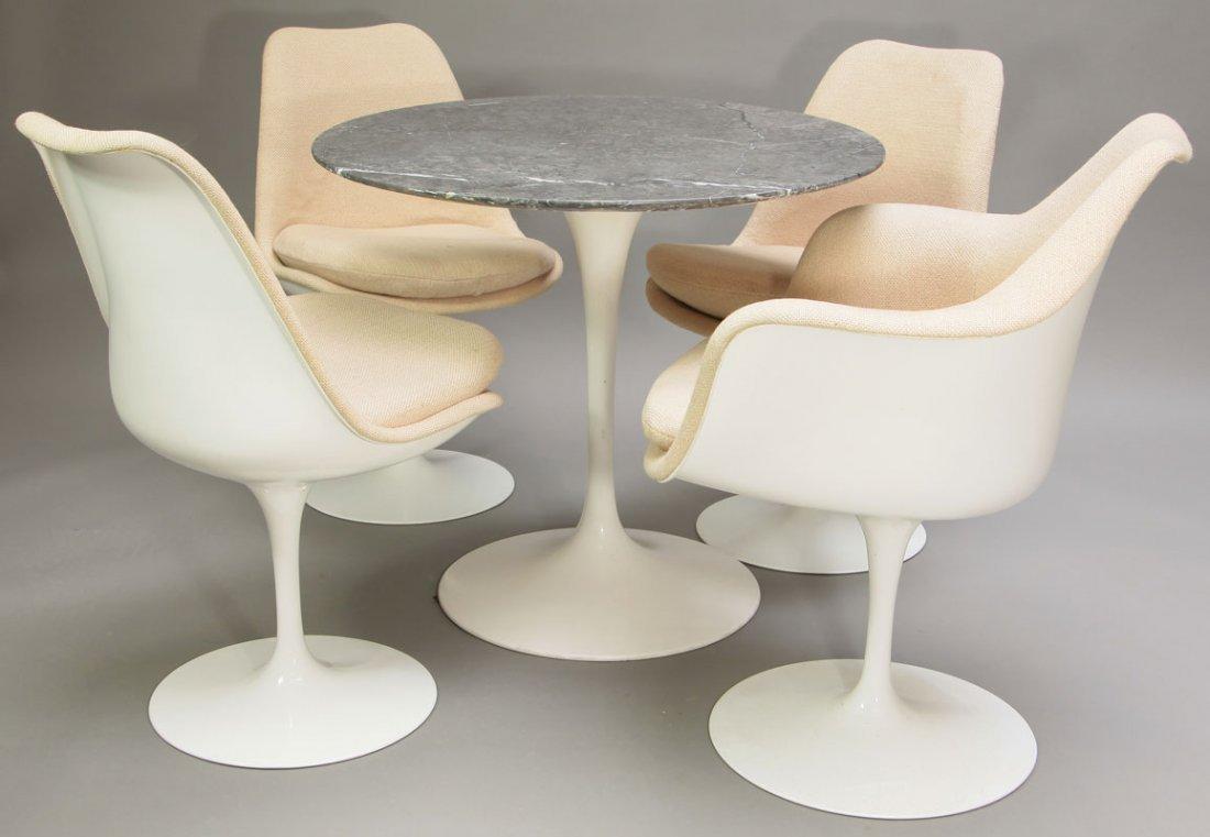 697: Tisch Mod. 172 + 3 Stühle Mod. 151U + 1 Stuhl Mod.