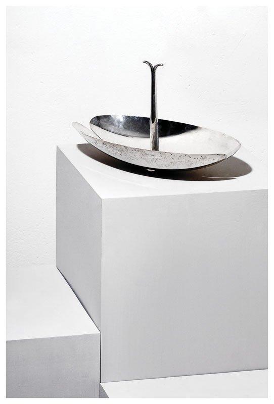 1: Centrotavola in metallo argentato.