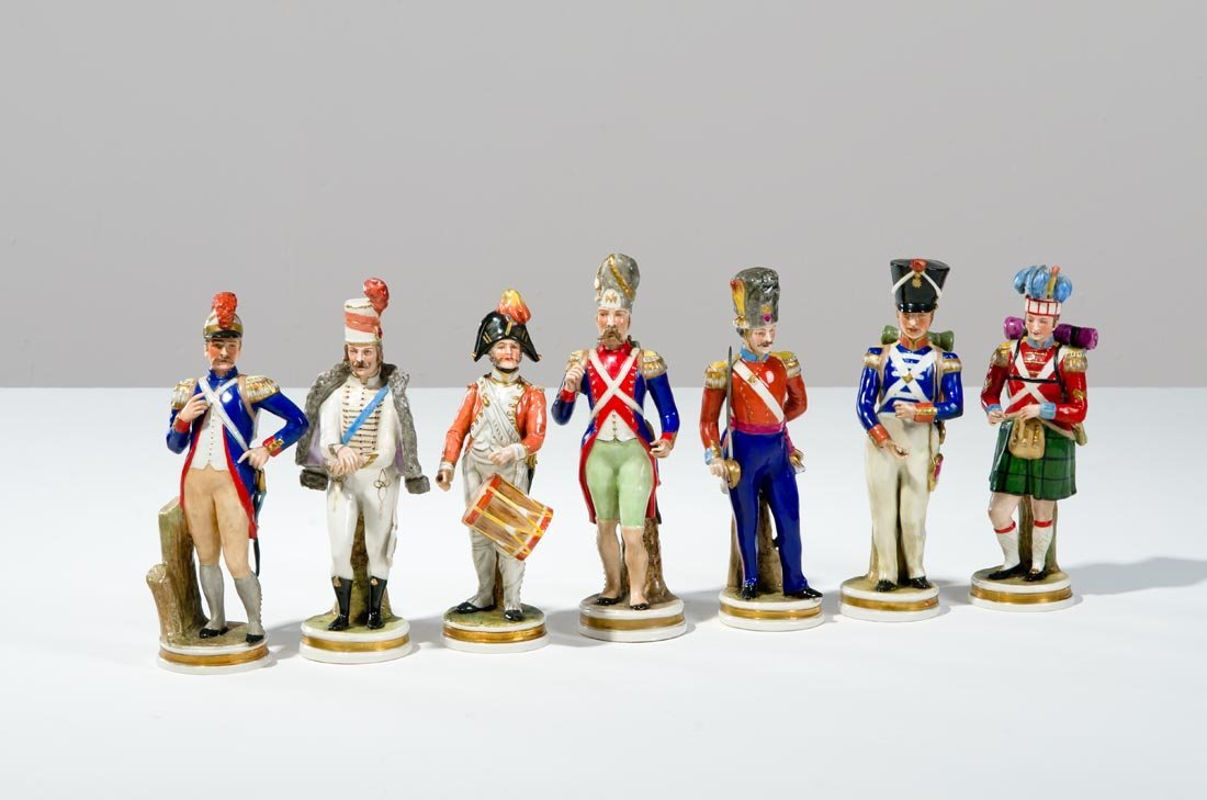 Sette figure in porcellana