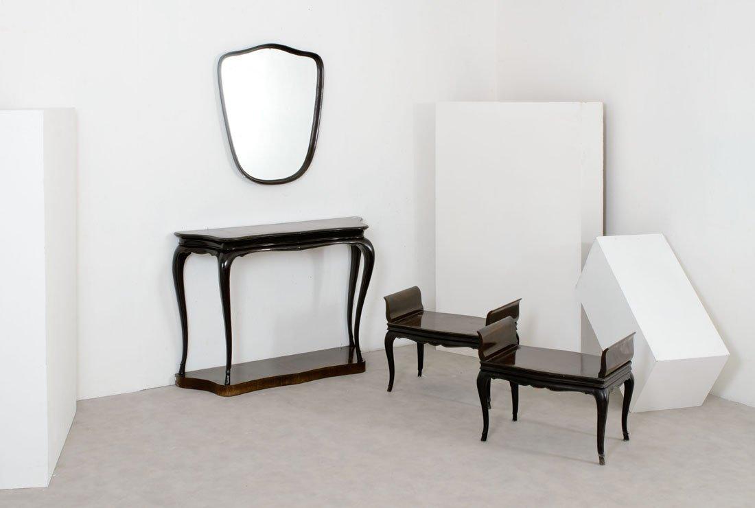 Console, una specchiera e due sgabelli