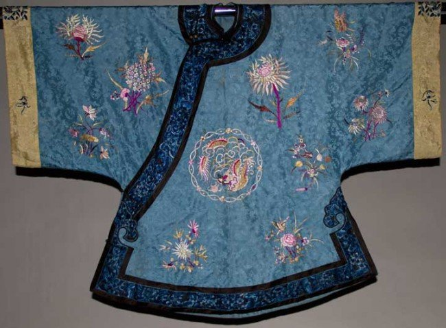 24: EMBROIDERED MANCHU ROBE, CHINA, EARLY 20TH C