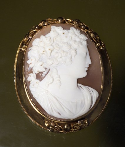 720: LARGE VICTORIAN CAMEO BROOCH
