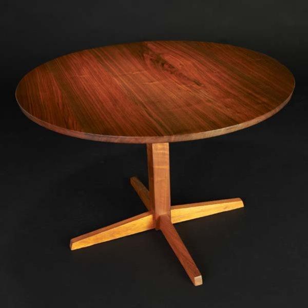 19: GEORGE NAKASHIMA Round Pedestal table in walnut. (P