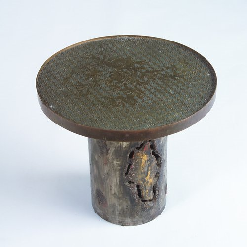1011: LAVERNE Brass accent table with tree trunk-style