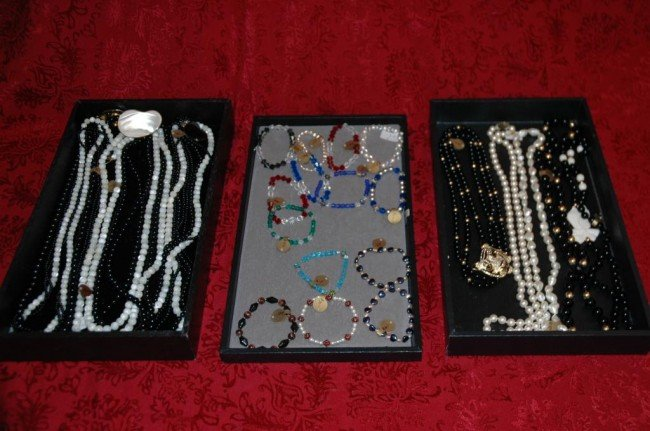 14: Lot of 21 bracelets and necklaces
