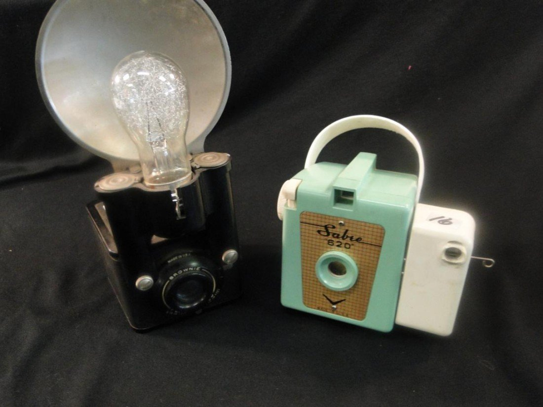16: Two 1950s cameras to include a sabre 620 (turquoise