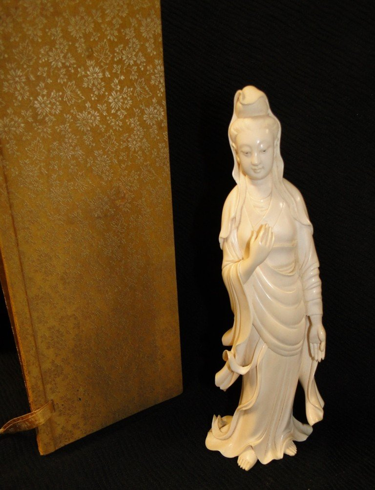 585: Outstanding hand carved ivory figurine of a geisha