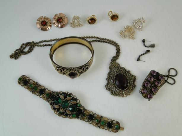 18: Group of rhinestone art deco jewelry to include nec