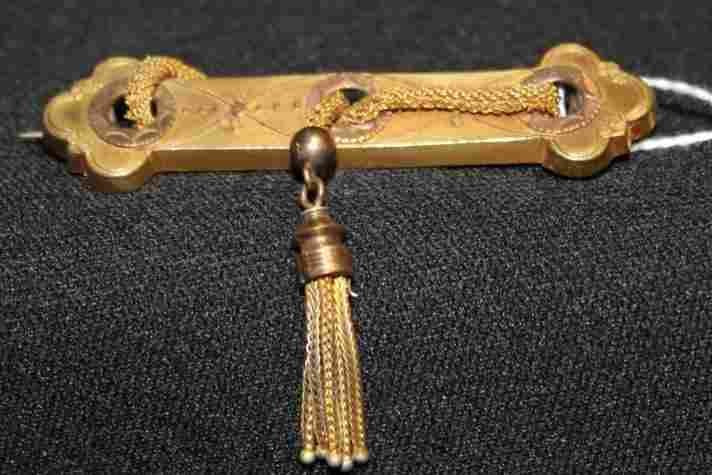 141: Victorian bar pin w/ rope tassel. Tests @ 10K gold