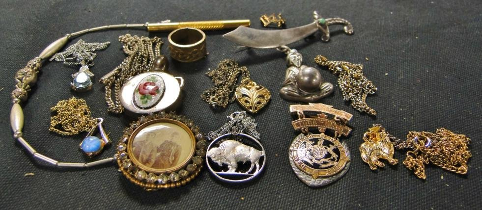 Group of miscellaneous jewelry to include floral