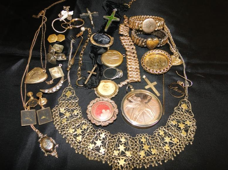 Victorian and other miscellaneous jewelry in a lot.