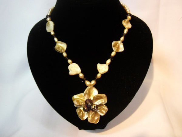 250 CTW MOTHER OF PEARL FLOWER PENDANT IVORY AND PEACH