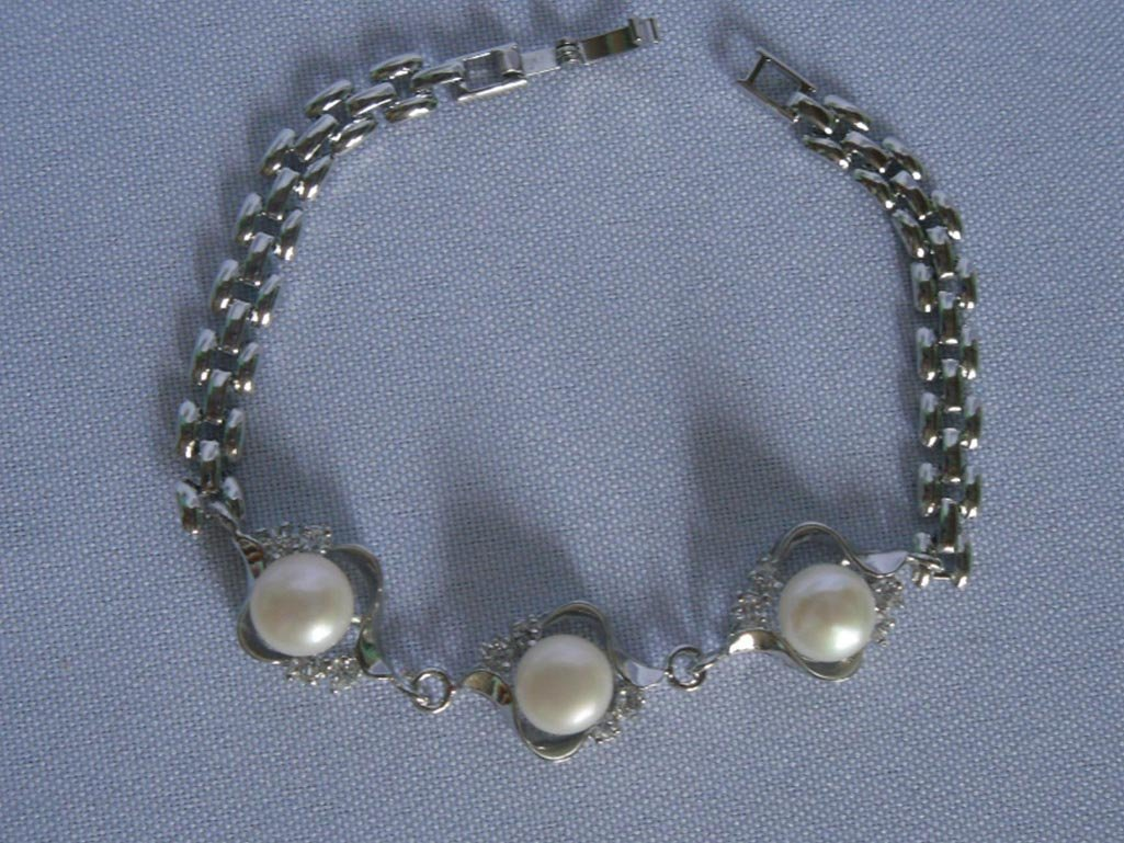 CLASSIC WHITE PEARL BRACELET;