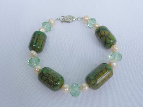 200CTW GREEN CARNILLIAN AND PEARL BRACELET****8-INCH***
