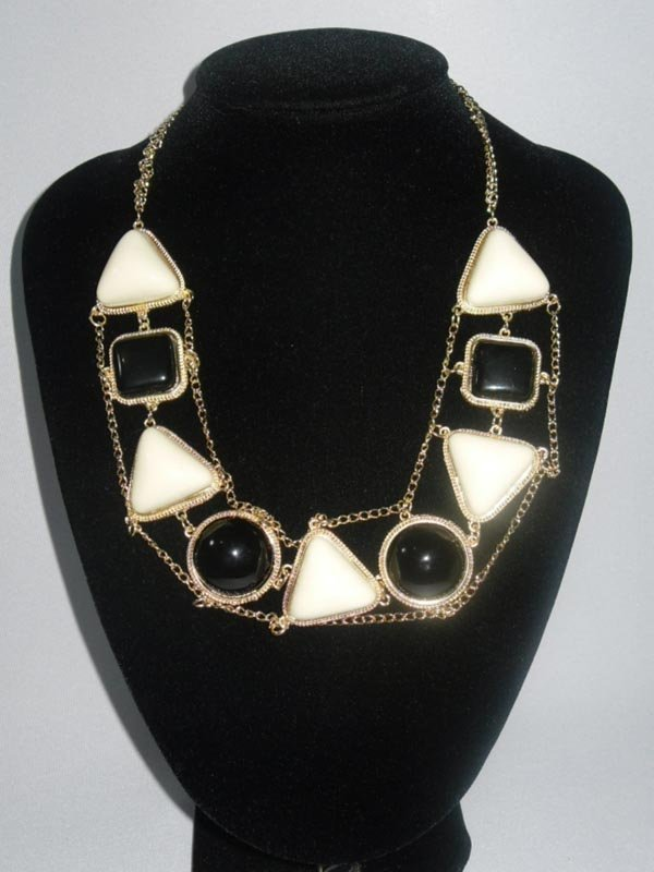 378CTW BLACK-WHITE TRI-SHAPED BRASS NECKLACE;18INCH