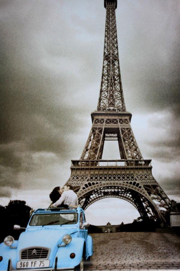 Kiss in Eiffel Tower