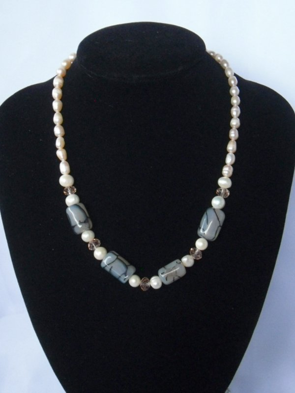 300CTWGRAY CARNILLIAN AND PEARL NECKLACE****18INCHES*