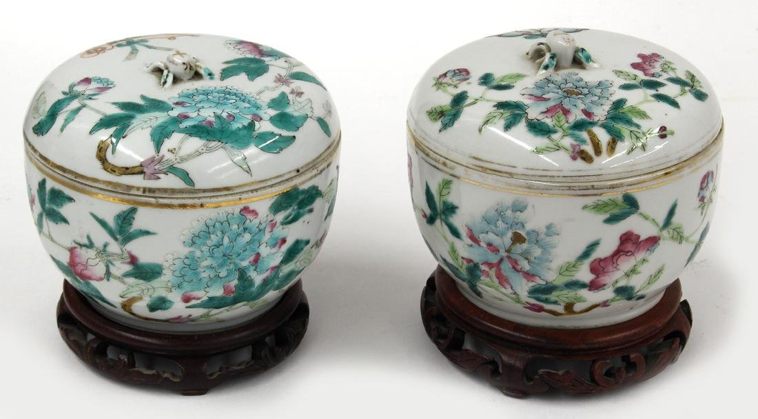 PAIR OF CHINESE EXPORT PORCELAIN COVERED ROUND BOXES