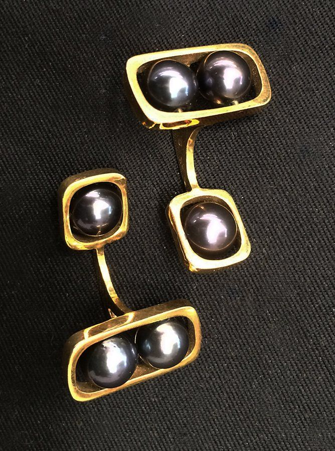 PAIR OF 18K GOLD AND BLACK PEARL CUFF LINKS