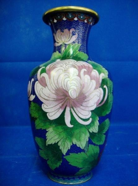 30B: DECORATIVE CHINESE FLOWER VASE IN BLUE WITH PINK