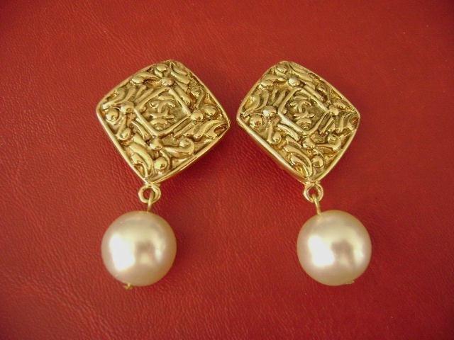 3DA: Chanel vintage CC logos pearl dangle clips earring