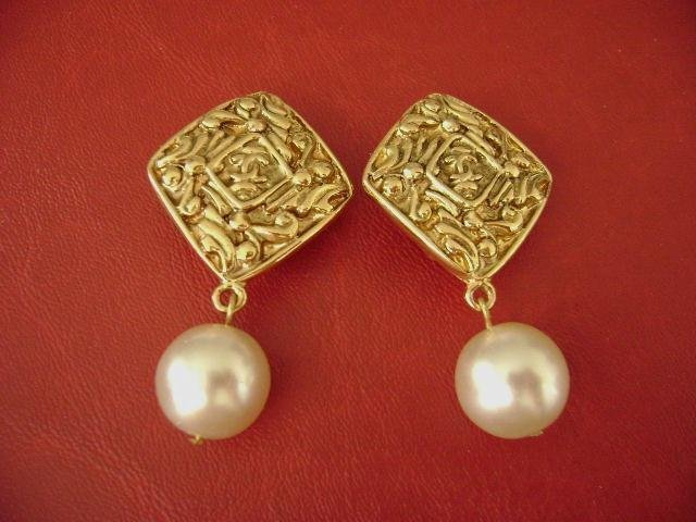 3C: Chanel vintage CC logos pearl dangle clips earring