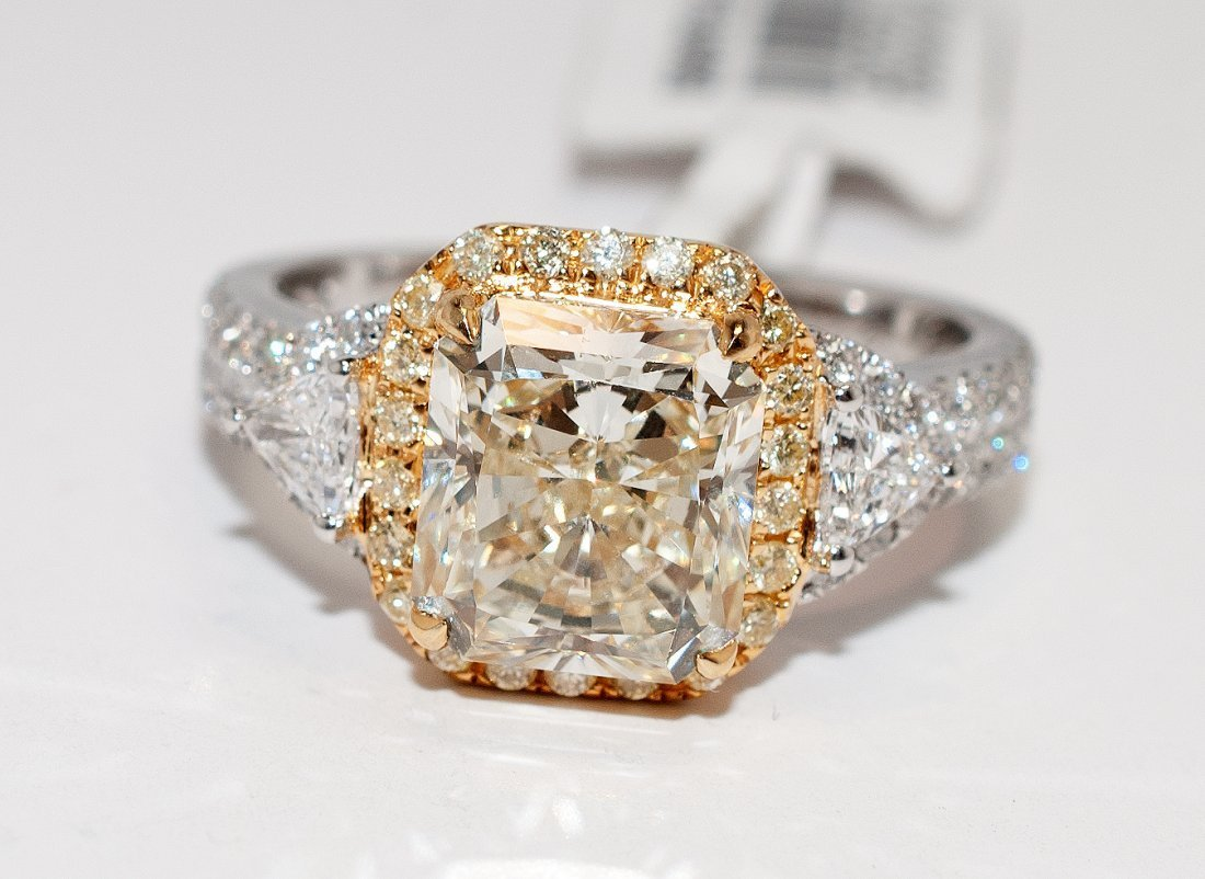 3.64ctw, 3.12ct VS2 CNTR Radiant Diamond 18KT Gold Ring