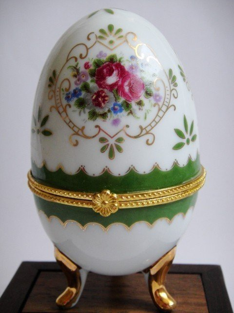 1A: Chinese Blue Porcelain Flower Egg Jewelry Box