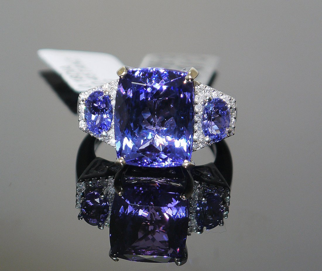 10.45ct Tanzanite/0.18ct Diamond in 14K white Gold Ring