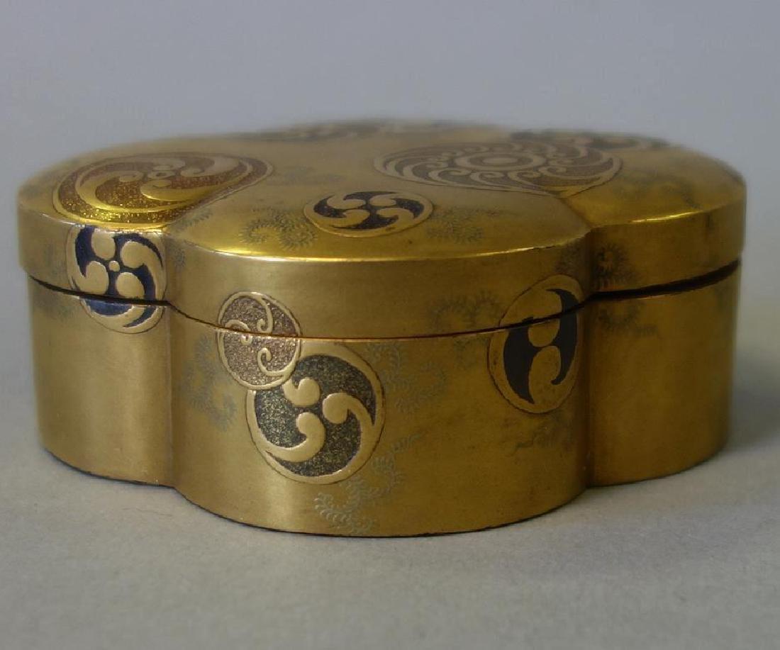 Japanese Gilt Lacquer Quatrefoil Box, Late Meiji - 2