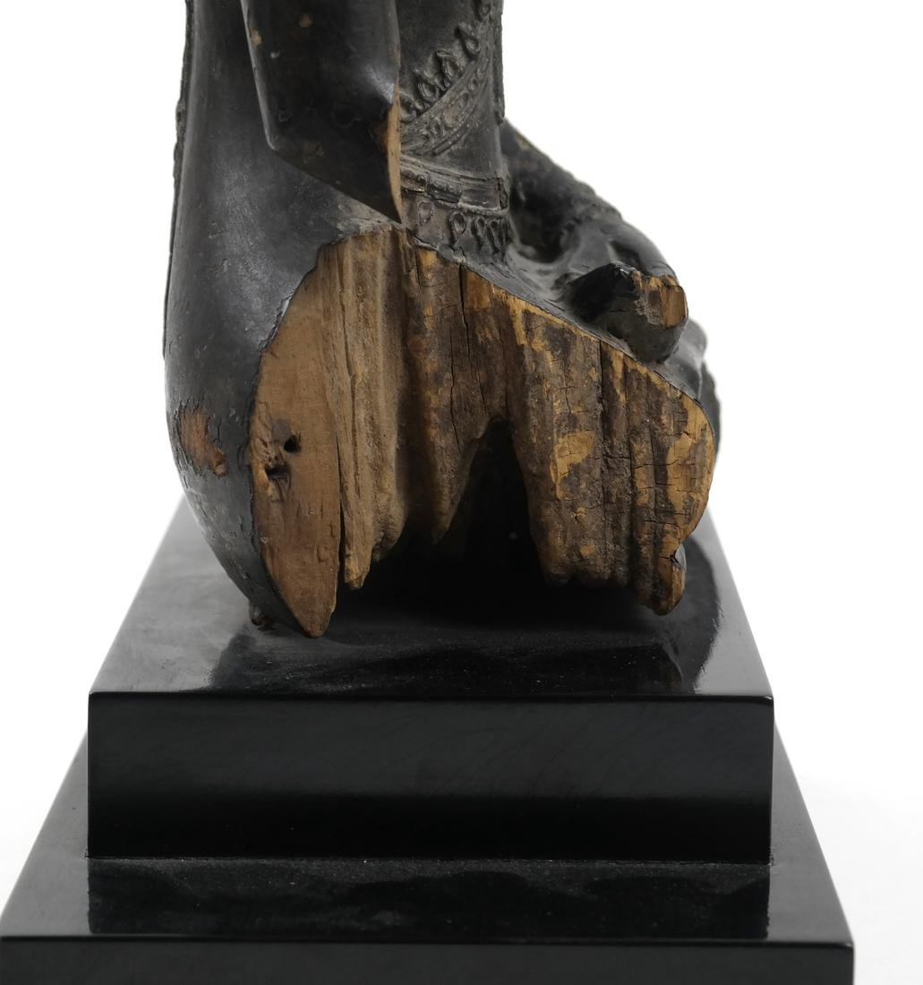 A BURMESE CARVED WOOD SEATED FIGURE - 2