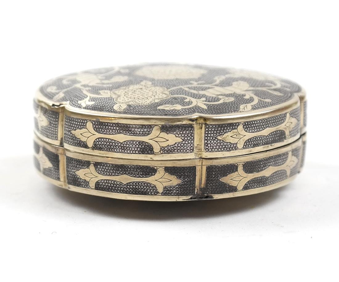 AN ASIAN PARCEL-GILT SILVER HEXAFOIL BOX AND COVER - 2
