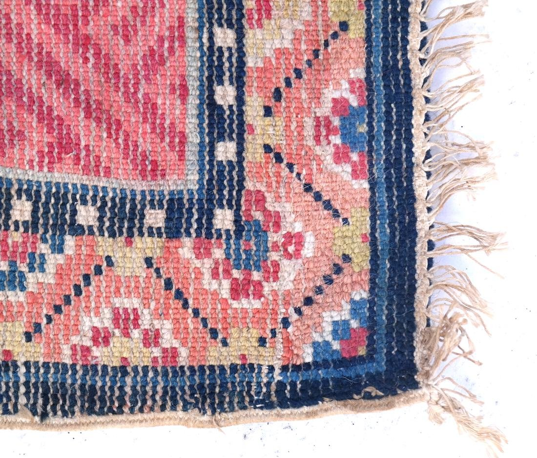 A CHINESE RUG EARLY 20TH CENTURY - 5