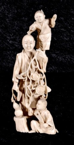 18: SMALL JAPANESE IVORY FIGURE.  DEPICTING A FATHER W/