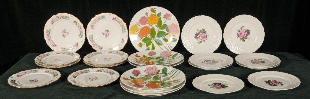 LOT OF 22 PORCELAIN SERVICE PLATES.  CONSISTING OF 8 PI