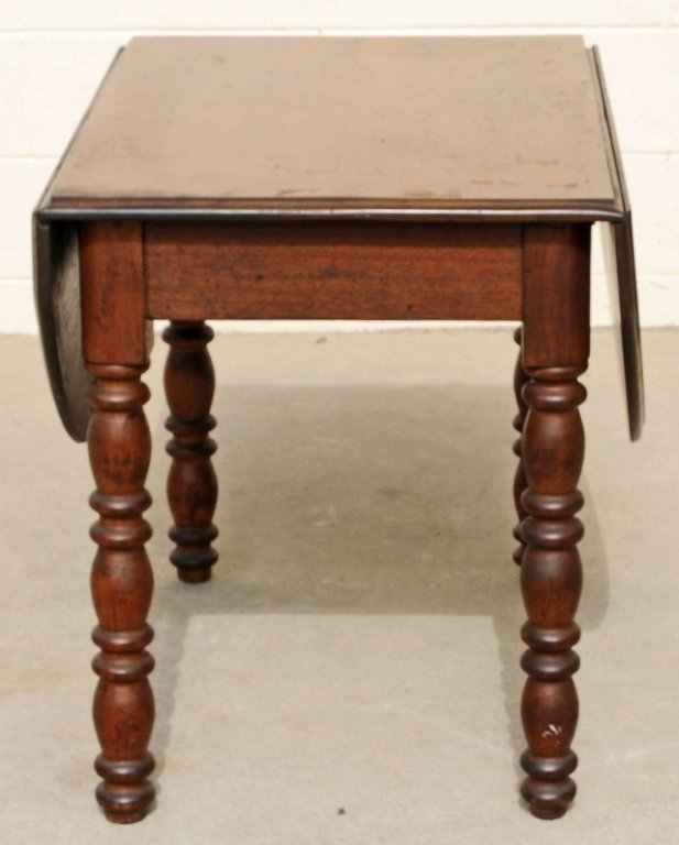 SMALL ANTIQUE OAK DROP LEAF TABLE WITH TURNED LEGS. OPE