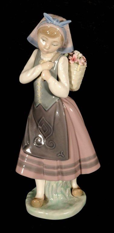 LLARDO PORCELAIN FIGURE OF A DUTCH GIRL. SHE IS CARRING