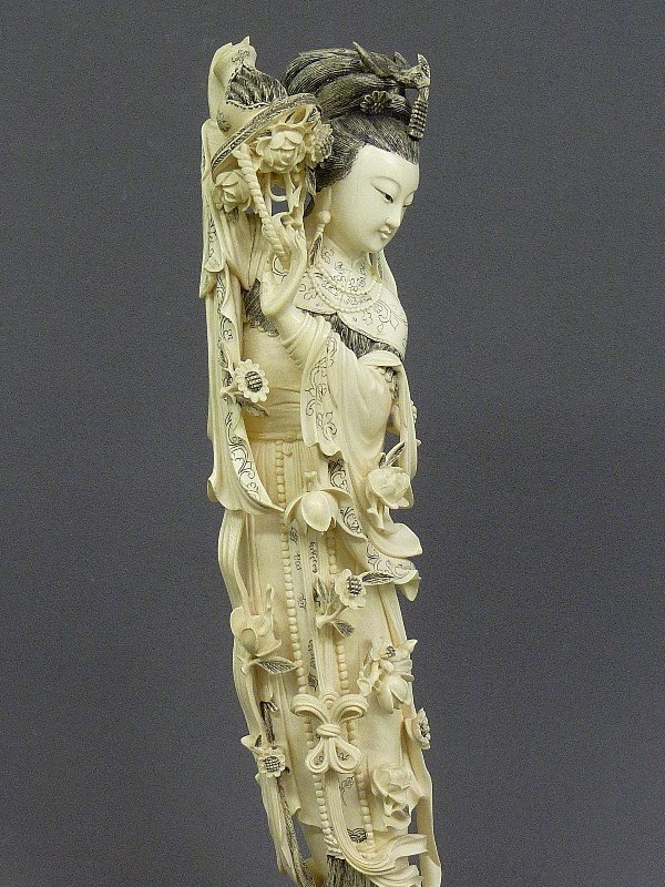 85: A CHINESE CARVED  IVORY FIGURE OF QUAN YIN, Hgt. 22 - 4