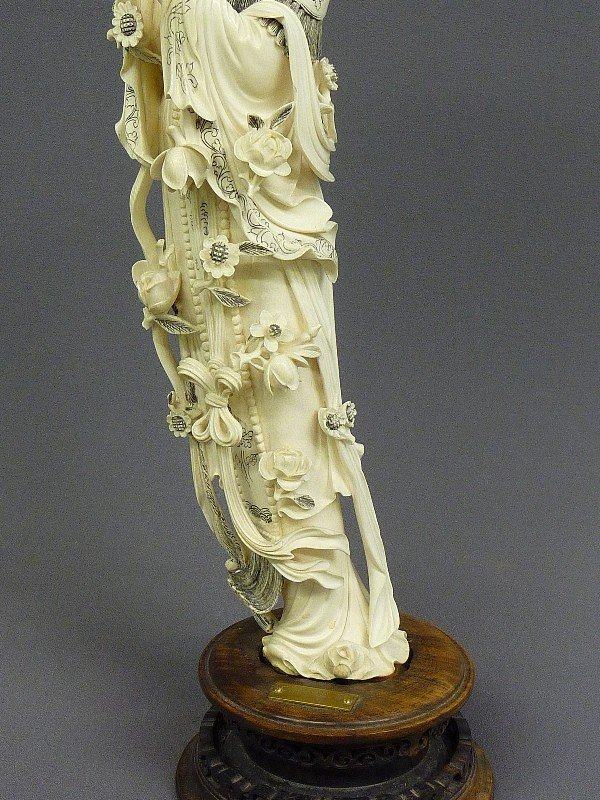 85: A CHINESE CARVED  IVORY FIGURE OF QUAN YIN, Hgt. 22 - 6
