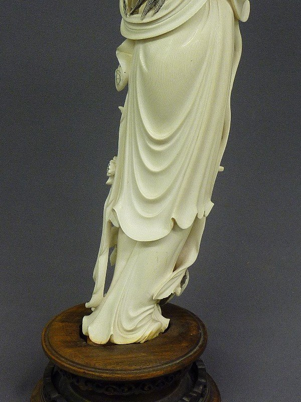 85: A CHINESE CARVED  IVORY FIGURE OF QUAN YIN, Hgt. 22 - 9