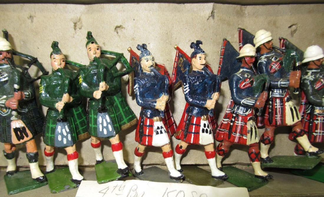 18 Lead Soldiers Scottish Bagpipers - 2