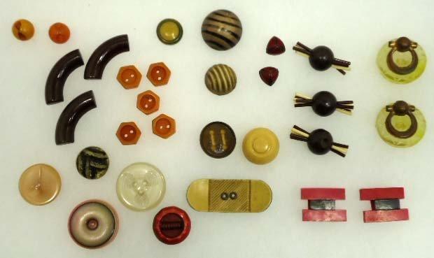 156: 30 Bakelite/Lucite/Celluloid Vtg. Buttons