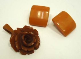 Vtg. Bakelite Flower Pendant & Earrings