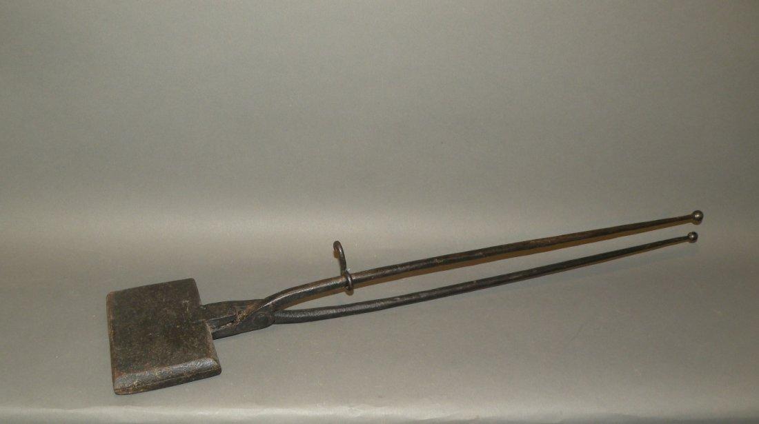 526: Cast iron waffle iron