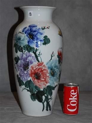 Chinese export porcelain vase.