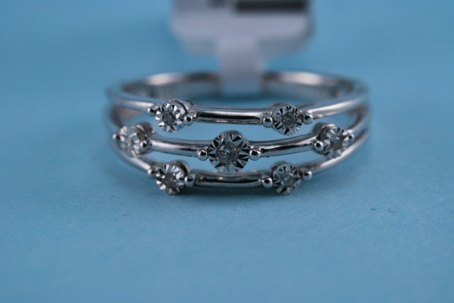6: 417 White gold and Diamond ring 2.2 grams