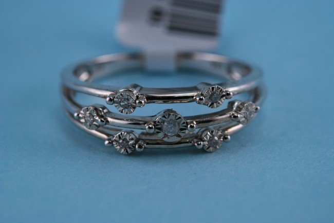 7: 417 White gold and Diamond ring 2.2 grams