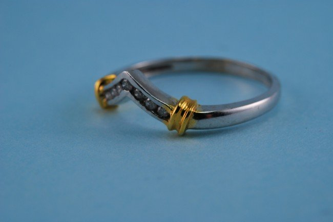 13: 417 White and Yellow Gold Diamond V Ring. 1.8 Grams