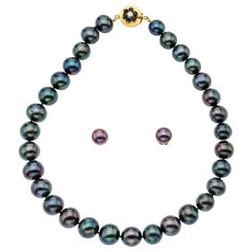 A 14K yellow gold necklace with 31 Tahitian pearls,